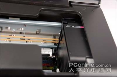 从打印机的接口连接器断开电缆;